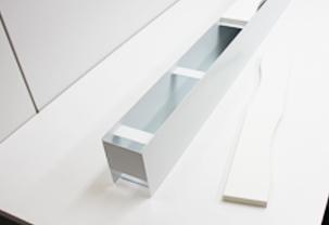 机の設置できるケーブル収納溝ラックのイメージ